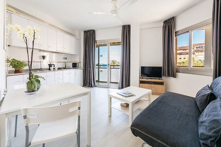 Atlantida Apartments and studios are 350m form Mal Pas beach and the harbour in Benidorm