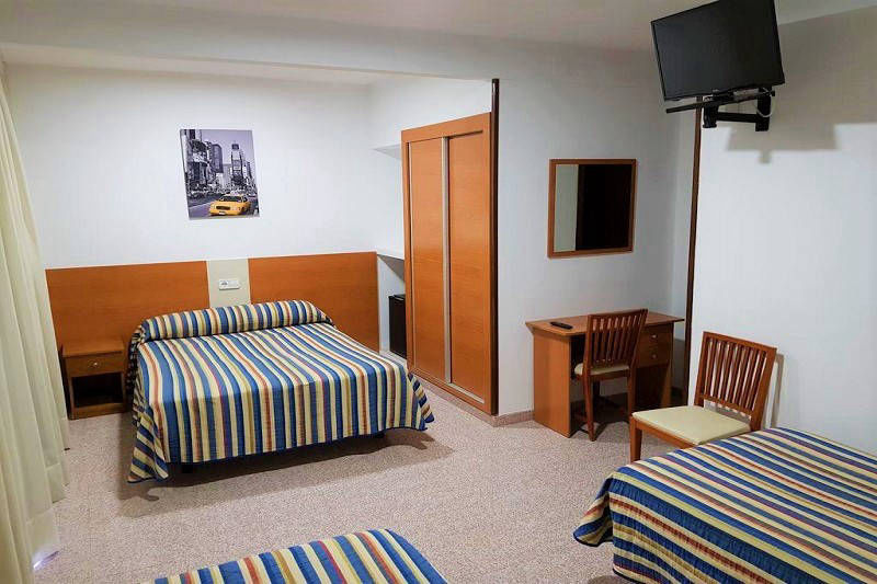 Pension La Orozca Benidorm Old Town Family room with safe