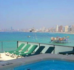 Pool and solarium with great views of Benidorm and the sea